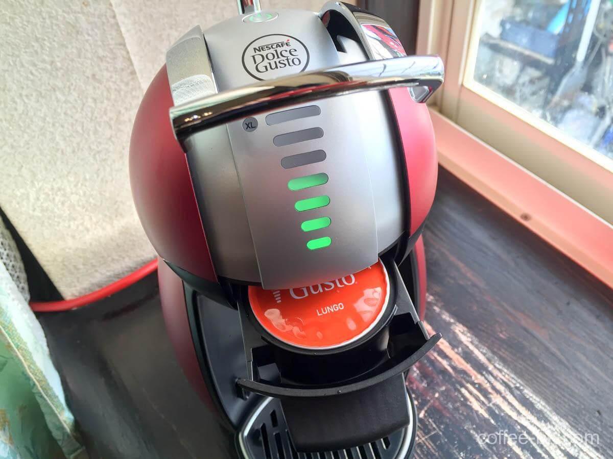 カプセルをコーヒーマシンにセット