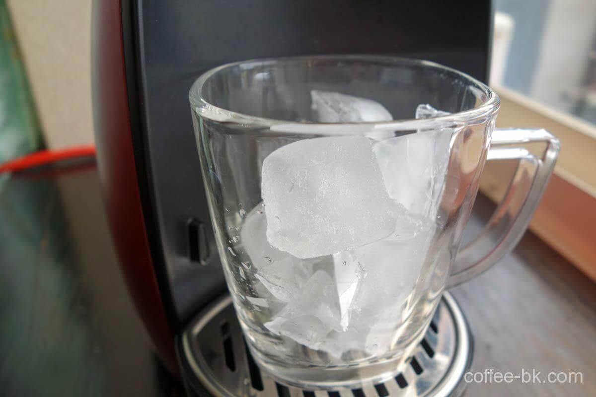 たっぷりの氷をいれたグラスをセット