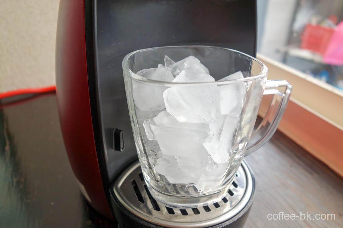 グラスにたっぷりの氷を入れてセット