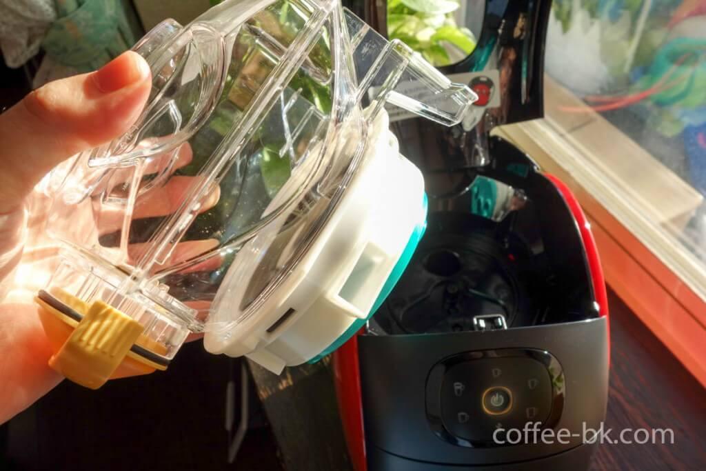 マシンの中にあるコーヒータンクを取り出す