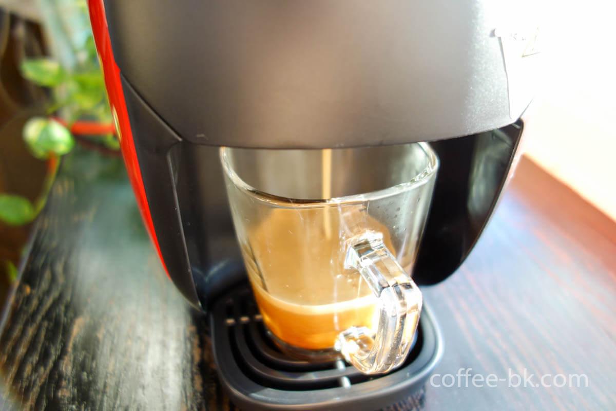 タッチパネルでブラックコーヒーを選択