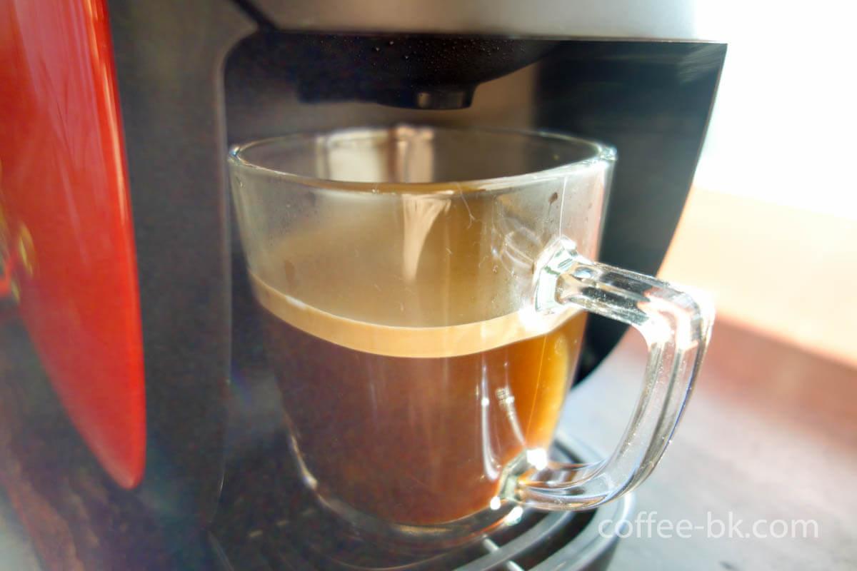 本格的な泡のある優しいコーヒー