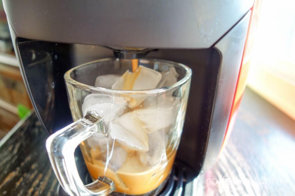 氷の入ったカップ