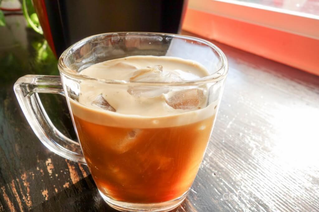 エスプレッソを注いでアイスコーヒーの完成