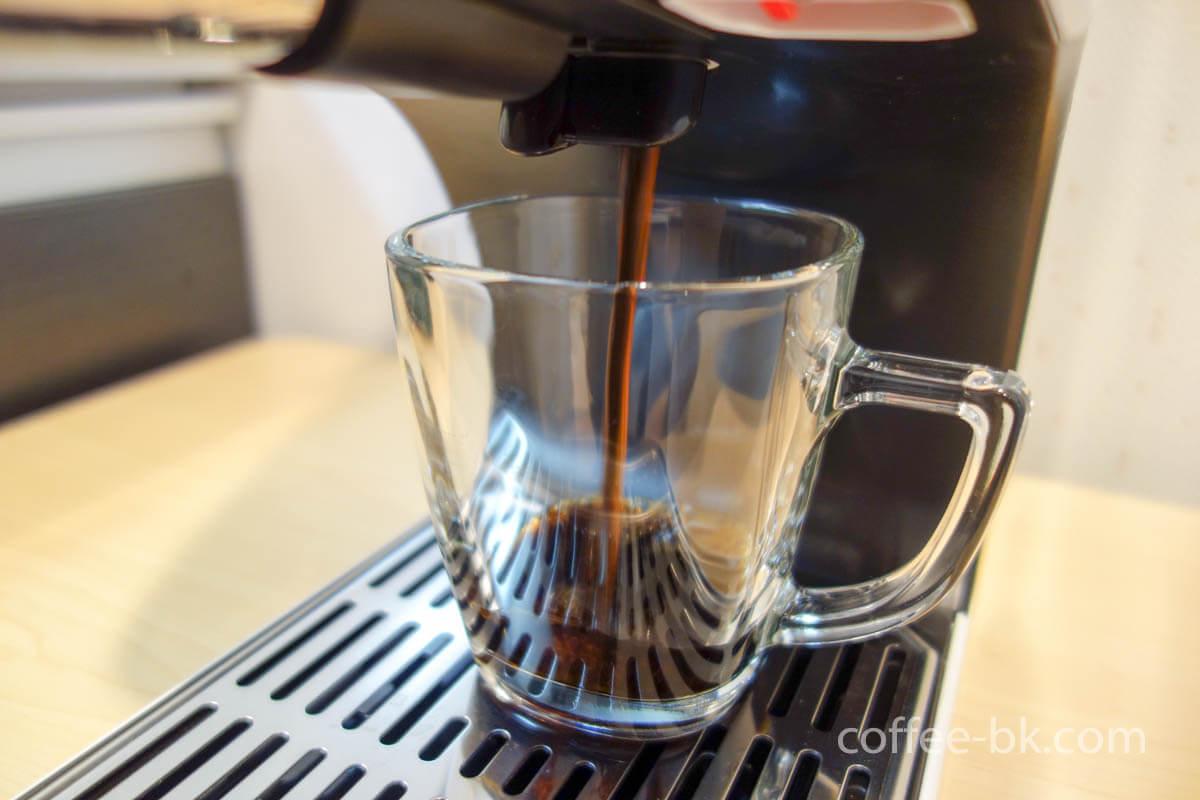 レバーを手前に引いてアイスコーヒーを抽出