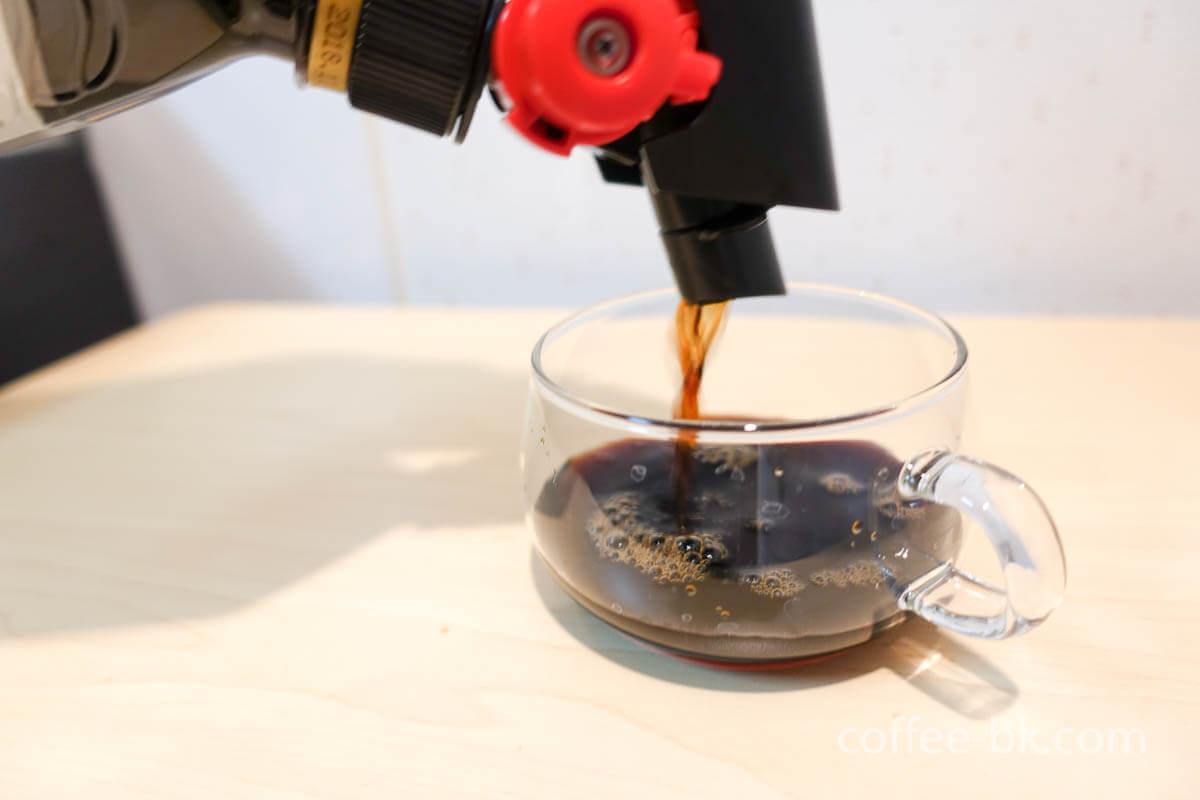 レバーを下へ倒してコーヒーを抽出